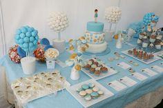 Mesa dulce comunión de Pablo.  Tarta, macarons, cupcakes,  cake pops, palomitas, nubes, chuches varias...