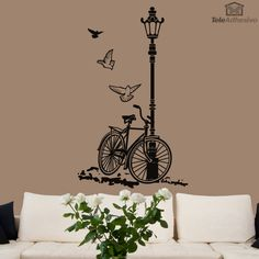 La bicicleta es un medio de transporte sano, ecológico, sostenible y muy económico. Su uso está generalizado en casi toda Europa. En países como Suiza, Alemania, Países Bajos, algunas zonas de Polonia y los países escandinavos es uno de los principales medios de transporte. Poco ha variado ya su diseño de 1885. En este vinilo decorativo la bicicleta está apoyada en una farola. Acompañada por tres palomas. Un diseño perfecto para dar profundidad y un toque acogedor a nuestra pared.