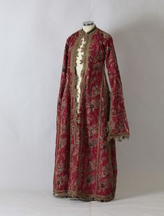 © Peloponnesian Folklore Foundation, Nafplion, Greece The silk fabric is embroidered with floral designs in gold thread. Historical Costume, Historical Clothing, Ethnic Fashion, Urban Fashion, Empire Ottoman, Vintage Outfits, Vintage Fashion, Vintage Clothing, Silk Coat