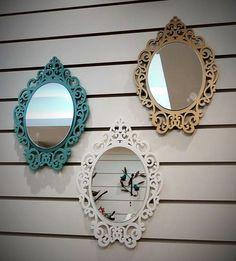 Espelho com moldura em mdf com pintura laqueada resistente e excelente acabamento. <br>Não acompanha gancho pra fixação. <br>Cores diversas - consulte o vendedor. <br> <br>Medidas, peso e valor se referem a UM espelho.