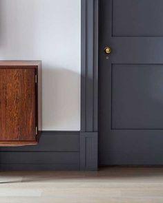 Trendy interior door colors with dark trim hallways Interior Door Colors, Grey Interior Doors, Interior Trim, Painting Interior Doors, Dark Doors, Grey Doors, Wood Doors, Black Baseboards, Dark Trim