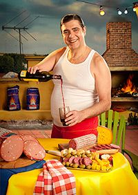 Marcos López - Tomando vino en la terraza