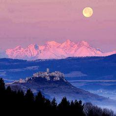 Slovakia-High Tatras & Spissky Castle- Vysoke Tatry, v popredi Spissky hrad All Nature, Amazing Nature, Places To Travel, Places To See, High Tatras, Tatra Mountains, Heart Of Europe, Photography Challenge, Bratislava