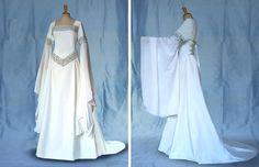 Wunderschönes, elfenhaftes Brautkleid mit weiten Feenärmeln in Ecru /Off White mit prachtvollen Stickereien in Silber. Das Kleid ist aufwendig und mit vielen schmückenden Details gearbeitet. Es wirkt elfenhaft leicht und luftig, ist bequem und unkompliziert zu tragen und angenehm auf der Haut. Alle Materialien sind hochwertig und wurden professionell verarbeitet.  Das Kleid ist bis zur Taille körpernah und tailliert und fällt dann großzügig in weich schwingenden Falten. Durch eine…