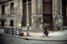 Deux expositions, l'une au Bal l'autre chez Leica, toutes deux à Paris, ainsi qu'un livre paru aux éditions Filigranes, mettent en lumière le travail de Stéphane Duroy. Portrait d'un photographe à la démarche radicale qui fait figure de modèle pour de nombreux pairs.