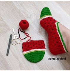 Gülümseten Marifetler booties starting shapes - Her Crochet Crochet Slipper Pattern, Knitted Slippers, Crochet Slippers, Diy Crafts Crochet, Yarn Crafts, Crochet Projects, Baby Knitting, Crochet Baby, Knit Crochet