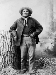 An old photograph of the Native American known as Geronimo - Apache Chief at Fort Sill Military Reservation [B]. Native American Photos, Native American History, American Indians, American Symbols, American Life, Apache Indian, Native Indian, Native Art, Indian Art