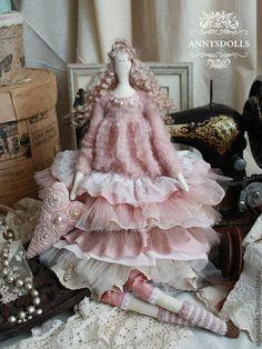 Купить или заказать Мари-Роуз в интернет-магазине на Ярмарке Мастеров. Верх платья Мари-Роуз связан из нежного мохера, могослойная юбка оттенка пыльной розы в стиле бохо. В руке Мари-Роуз держит сердечко, расшитое бисером и жемчужинками.