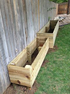 ideas backyard landscaping along fence raised beds house Backyard Vegetable Gardens, Vegetable Garden Design, Diy Pallet Vegetable Garden, Garden Boxes, Garden Planters, Fence Garden, Diy Fence, Backyard Garden Design, Garden Design Ideas