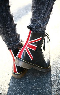 Union jack boots grunge fashion more coturno, saltos, feminino, roupas, mod Dr. Martens, Botas Dr Martens, Grunge Fashion, Look Fashion, Mens Fashion, Fashion Boots, Grunge Style, Boot Over The Knee, Crazy Shoes