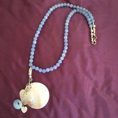 Collar de aquamarina azul intenso con colgante de madreperla y abalorios diversos