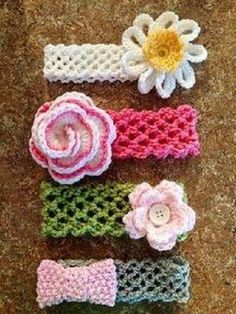 Crochet Baby Hats This crochet headband with flower is a quick project ( 15 minutes or less). - This crochet headband with flower is a quick project ( 15 minutes or less). Bonnet Crochet, Crochet Headband Pattern, Crochet Baby Hats, Cute Crochet, Crochet For Kids, Crochet Crafts, Yarn Crafts, Crochet Projects, Knit Crochet