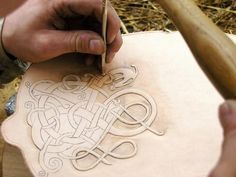 Mittelaltermarktmarkt in Haseldorf leather tooling Leather Tooling Patterns, Leather Pattern, Art Du Cuir, Leather Armor, Tooled Leather, Leather Bags, Leather Carving, Wood Carving, Celtic Designs