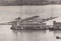 Construcción del Puerto del Centenario.En primer término se ve la desaparecida factoría de Pesquerías Españolas de Bacalao (PEBSA) Y varios barcos amarrados junto a ella.
