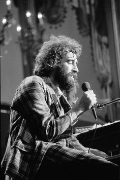 Richard Manuel at The Last Waltz (this picture makes me sad - I wish things had been so different for him), he had the most beautiful voice. Great Bands, Cool Bands, Good Music, My Music, The Last Waltz, Robbie Robertson, Soul Funk, Rock And Roll Bands, Rockn Roll