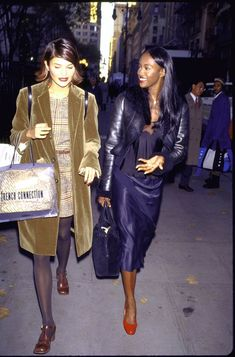 Get some fashion inspiration by looking back at the best streetstyle looks from the biggest stars of that decade. Source by arigaudette fashion 2000s Fashion, Girl Fashion, Fashion Sets, Carolyn Bessette Kennedy, Original Supermodels, Naomi Campbell, Most Beautiful Women, The Best, Cool Style
