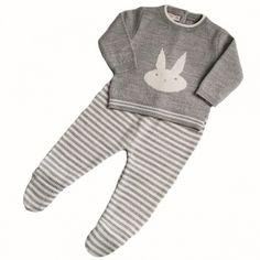 Pelele de punto 2 piezas con conejo gris. Conjunto de punto gris ideal para este invierno. 2 piezas: polaina de rayas grises y blancas y jersey con conejito divertido. Lo puedes combinar con nuestros bodys con cuellos y ya tienes el conjunto completo. 26,00 €