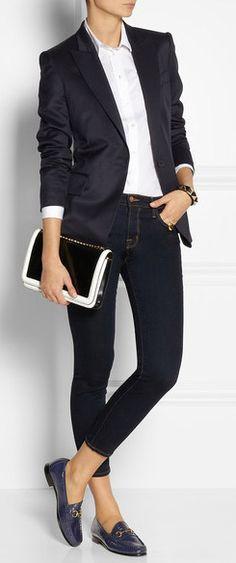 Style vestimentaire décontracté, pochette noir et blanc blazer bleu, chemise blanche, GUCCI Horsebit Detailed Patent Leather Loafer