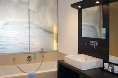 Suite mit Finnischer Sauna Sauna, Bathroom Lighting, Bathtub, Mirror, Furniture, Home Decor, Bath Tube, Bathroom Vanity Lighting