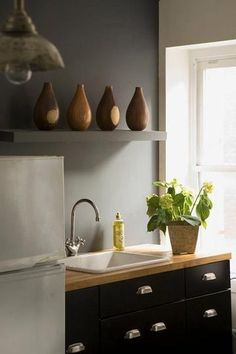 IKEA countertops and cabinets Little Kitchen, New Kitchen, Kitchen Dining, Kitchen Black, Kitchen Shelves, Kitchen Redo, Kitchen Ideas, Dining Room, Apartment Kitchen