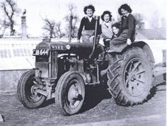 Of all the women of World War Two, the Land Girls stand out for the hard work they did on farms in Britain and abroad. Land Girls working the land so that Britain could eat! Antique Tractors, Vintage Tractors, Old Tractors, Vintage Farm, Mercedes Bus, Mercedes Benz Trucks, White Tractor, New Tractor, Land Girls