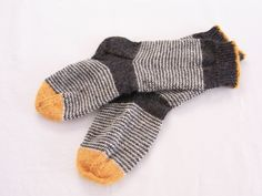 Knitting Patterns Socks the house: Meanwhile Knitting Blogs, Knitting Charts, Knitting Socks, Knitting Projects, Hand Knitting, Knitting Patterns, Knit Socks, Knitted Slippers, Slipper Socks