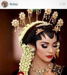 Pretty bride with solo putri