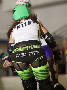 I freaking love roller derby!  If I had the money I would sooo be there.
