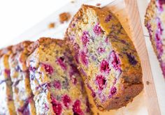 This raspberry bread recipe is absolutely delicious and perfect for the season! It's super easy Vegan Desserts, Easy Desserts, Delicious Desserts, Yummy Food, Bread Cake, Dessert Bread, Bread Recipes, Baking Recipes, Raspberry Bread