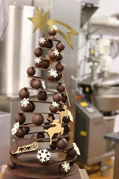 chocolate art Chocolate ArtYou can find Chocolate sculptures and more on our website Chocolate Navidad, Chocolate Christmas Gifts, Chocolate Tree, Chocolate Work, Coconut Hot Chocolate, Chocolate Shop, Chocolate Gifts, Homemade Chocolate, Chocolate Showpiece