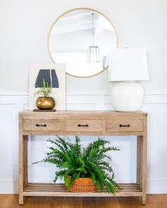 For good feng shui don't leave your entryway bare! The more attractive and inviting it looks, the more positive Qi is enticed to come… Entryway Decor, Entryway Tables, Foyer, Fresh Living Room, Family Room, Home And Family, Sweet Home, Entry Hall, Room Colors