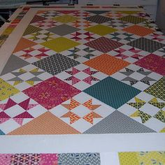 Threadbias: Star Friendship Companion Quilt by Caribousmom. Scrappy but yet it really isn't. Love the balance between the white and prints. The scrappy border is icing.....