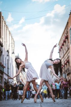 Gratitude—that's what New York-based photographer Omar Roblestook away with him after his latest experience photographing ballet dancers in urban backdrops. Following his recent trip to Cuba, the talented photographer took his project to Mexico City with the support of Fujifilm, where he once again connected with gifted local dancers to create a striking series of images. The grace, elegance, and athleticism of the dancers' craft is on full display in Robles' photography. What b...