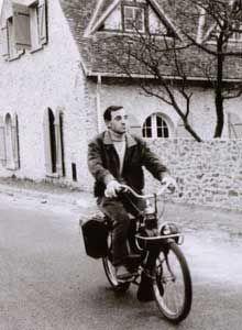 Charles Aznavour sur un Solex 1400