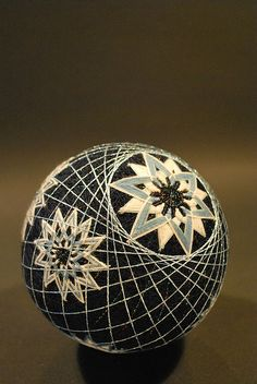 temari ~ the art of Japanese thread balls. Traditionally given as a gift. Japanese Design, Japanese Art, Arte Linear, Temari Patterns, Japanese Symbol, Quilted Ornaments, Flower Ball, Thread Art, Japanese Embroidery