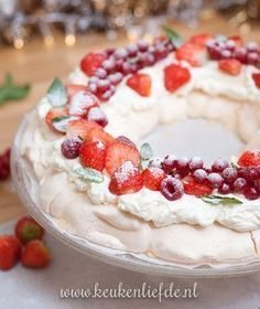 Video: pavlova kerstkrans met rood fruit – Food And Drink Christmas Food Treats, Christmas Desserts, Baking Recipes, Dessert Recipes, Delicious Desserts, Yummy Food, Tapas, Tasty Dishes, I Love Food