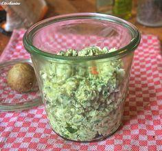 Das perfekte Feta-Avocado-Aufstrich-Rezept mit Bild und einfacher Schritt-für-Schritt-Anleitung: Den Feta in eine Schüssel geben und grob zerbröseln. Den…