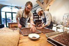 Schokoladenmanufaktur Mast Brothers in Williamsburg/Brooklyn, seit 2007: Die Brüder Rick (links) und Michael sortieren Kakaobohnen auf Blechen.