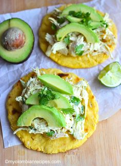 Columbian Arepas with Chicken and Avocado. Arepas con pollo S✧s Colombian Cuisine, Colombian Recipes, Colombian Arepas, Colombian Dishes, Venezuelan Recipes, Latin American Food, Latin Food, Mexican Food Recipes, Ethnic Recipes