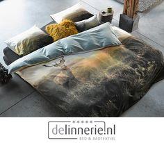 Het populaire Hugo dekbedovertrek van ESSENZA is terug van weggeweest! Op dit unieke dessin is een hert voor even gevangen in de lens van de fotograaf. Een prachtig verstild plaatje met de opkomende zon op de achtergrond. Dit dessin brengt de serene rust van de natuur naar de slaapkamer. De achterzijde van het dekbed is zeegroen. #hugo #dekbedovertrek #bedding #groen #green #sleeping Comforters, Blanket, Interior, Bedroom Inspiration, Home, Creature Comforts, Blankets, Indoor, Ad Home