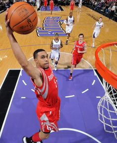 Courtney Lee takes flight against the Kings