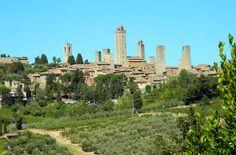 Veja 10 cidades medievais que você não pode perder SAN GIMIGNANO (ITÁLIA) Cinque Terre, Bruges, Dubrovnik, New York Skyline, Travel, Tuscany Italy, Medieval Town, Venice, Viajes