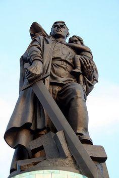 Denkmal für die im 2.WK gef. Sowjetsoldaten im Treptower Park, der Soldat der auf einem zerschlagenem Hakenkreuz mit einem deutschen Mädchen auf dem Arm steht. Das Ehrenmal wurde aus den Trümmern der ehem. Reichs-kanzlei errichtet. by skpy, via Flickr