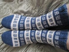 Knitted Mittens Pattern, Knit Mittens, Knitting Socks, Knitting Videos, Knitting Charts, Knitting Patterns, Sock Toys, Wool Socks, Fair Isle Knitting