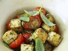 Kräuter-Tofu mit Tomaten - smarter - Kalorien: 290 Kcal - Zeit: 55 Min. | eatsmarter.de Kräuter geben Tofu eine tolle Note.