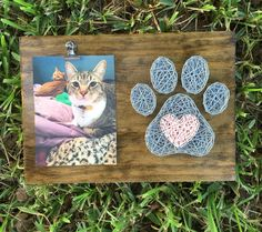 MADE TO ORDER – Paw Print String Art with Clip for Personal Picture This board would be perfect for any pet lover! Nail String Art, String Crafts, Resin Crafts, Wood Crafts, String Art Templates, String Art Patterns, Doily Patterns, Dress Patterns, Diy And Crafts