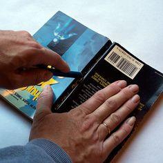 Je cherchais un moyen de réutiliser quelques pauvres livres qui ont été victimes d'un petit dégât d'eau récemment (je suis trop généreuse lors de l'arrosage de mes plantes!). Et j… Pumpkin Books, Apple Books, Craft Tutorials, Craft Projects, Projects To Try, Book Folding, Paper Folding, Book Crafts, Paper Crafts