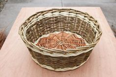 A step by step guide to weaving a traditional style Willow Wicker basket from start to finish. Paper Basket Weaving, Basket Weaving Patterns, Willow Weaving, Upcycled Crafts, Easy Diy Crafts, Owl Fabric, Weaving Techniques, Wicker Baskets, Wood