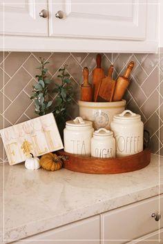 What a cute kitchen styling! What a cute kitchen styling! What a cute kitchen styling! Home Decor Kitchen, Home Kitchens, Diy Home Decor, Kitchen Ideas, Kitchen Countertop Decor, Kitchen Vignettes, Kitchen Display, White Kitchen Decor, Kitchen Cabinetry