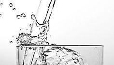 Eine halbe Zitrone, heißes Wasser – fertig ist der ideale Detox-Drink für den Morgen. Wir erklären, warum ihr ab jetzt nicht mehr auf das Heißgetränk verzichten solltet.